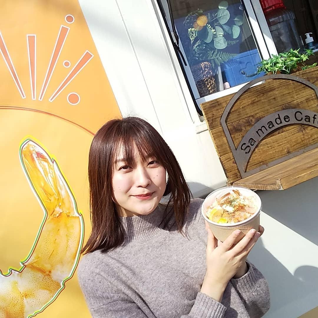 本日、キッチンカーが来てます!ちょうど、知り合いが来てくれたので、写真を撮らせてもらいました今日は◇sa madecafe◇☆シュリンプ ☆ガーリック・レモンバター・カレー味から選びます!下にはパンがあって、味がしみてて美味しい☆自家製レモネード☆ホットレモネード¥300今日は寒いから、オススメ️美味しかったですよぉランチBOXもあります!ぜひぜひ、来てね♪ - from Instagram